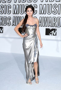 sorry for the 1st pic now look at this one hope u will like it!!!! She wore at MTV VMA I l'amour IT ALOT: