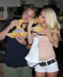Heidi Montag and Spencer Pratt eating tacos