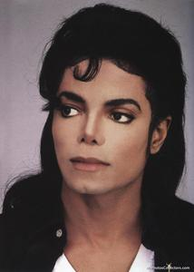 """Michael has been performing so long that I think every one of his 粉丝 at some point thought he was good looking because he is there is no doubt about it he is a very exceptionally attractive person. Not to mention he changed his style so many times that some era 你 had to like him. He was cute in J5, handsome in Off the 墙 and Thriller, super sexy in BAD ;D, sexy again in Dangerous, sexy in HIStory ok 你 get it the fact is no matter if u thought he looked bad in some other era 你 had to think he was attractive in at least one time period cause he is sooo gorgeous!! Just look at this man! 你 would be lying if 你 说 he was ugly whether he is your """"type"""" 或者 not."""