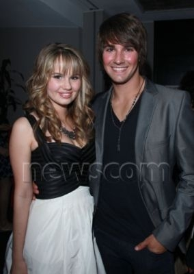 He's [b][i][u] NOT GAY!!!! [/b] [/i] [/u] I heard somewhere he was dating Debby Ryan. Idk if it's true or not. 