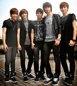 Korean boy band SHINee...MeMbErs are:Onew,TaeMin,JongHyun,MinHo AnD Key <<33 ^^ >Emma> =DDD