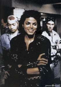 (I dont like him)I see a MJ fan, like all of us :)) Its a cool photo, shows the 爱情 for MJ!!