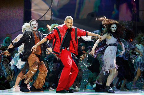 im thinking that chris brown is 展示 all the mj 粉丝 (us) how much he loves an is inspired my michael jackson and i think that chris brown is 《勇敢传说》 由 dancing how mj dances vote for best if 你 agree with me ! i mean just look at him dancing thriller LIVE !