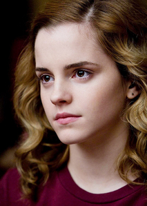 I must sound shallow but I'll pick looks! Hermione (Emma) is just so stunning! I don't think there's anyone I would like to look like meer then her. And besides, I think I have enoughs brains myself thank u very much(:
