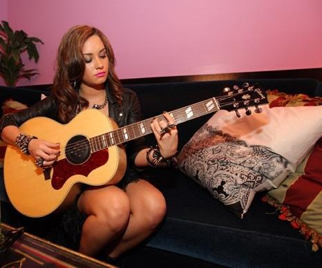 Demi Lovato Guitar on Post A Pic Of Demi With Guitar    Demi Lovato Answers   Fanpop