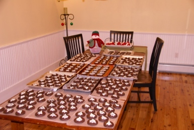 Du see the table? There are PLENTY of kekse, cookies to share!