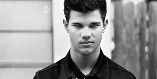 I am going to keep this short the best looking one is of course......................................................TAYLOR LAUTNER bet u thought I was not going to choose হাঃ হাঃ হাঃ no Taylor is the best one no offense to Rob