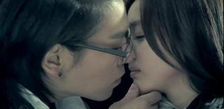 Actually one of my fave pairing in 빅뱅 2NE1 is TopDara 또는 Daragon. But I prefer TopDara more. I see them 더 많이 compatible with each other even despite of the opposites of their personality. Its like 상단, 맨 위로 is somewhat cold and cool while Dara is dorky and cute I also 사랑 their MV together and they look good together.