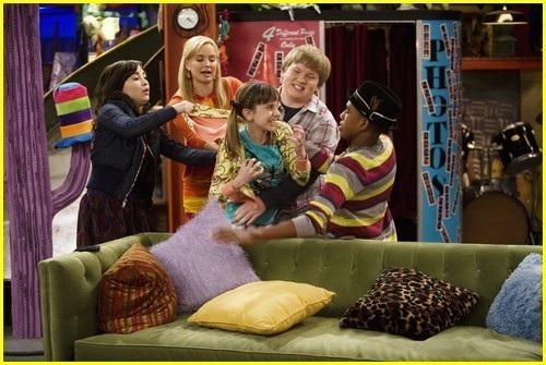 fanpop I've made lots of new friends and I've got my chance to feel like Sonny Munroe on Sonny With a Chance. Twitter I can cummunicate with the Sonny With a Chance cast and YouTube so I can watch Tales From the apoyo House!