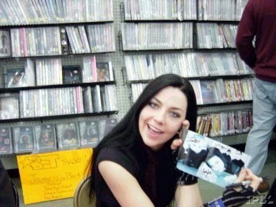 Male: Chester Bennington (Linkin Park) Female (also my bahagian, atas fave singer): AMY LEE!!!! (Evanescence) :D