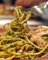 MY MOM'S angel HAIR massa, massas alimentícias WITH pesto & limão GARLIC MARINATED CHICKEN. WHY? BECAUSE IT IS HEAVENLY AND I CAN EAT IT por THE BARREL FULL AND NEVER GET SICK OF IT. MMMM...I WANT SOME NOW.