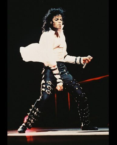 the volgende who's gonna tell michael short i'm gonna kick his a**!Michael jackson was almost 1,80,hello researsh!!!!And door the way,does he seem to u short,'cause i don't think so....:/check this photo............huh?