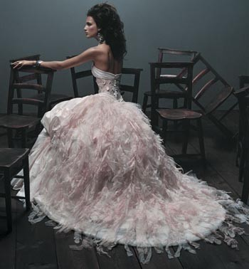 Yeah, it's so magical to dream about going to a ball :) So amazing! I'd wear this