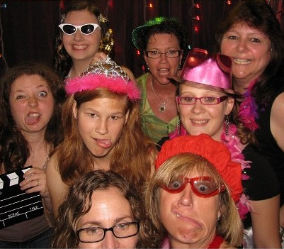 I'm an inner beauty queen...I'm actuially mostrando that in this pic I'm the one in back white sunglasses: