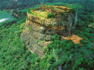 ya i know this country ..this is picture of sigiriya it is a rock..a very old rock hàng đầu, đầu trang of this rock there is a pool built bởi ancient people and kings and queens who lived there..i think bạn all can see it in this pic