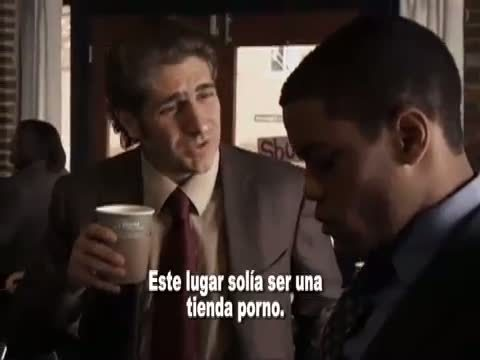 misceláneo screencaps from a youtube video with Spanish subtitles. Can tu translate what his poor partner is learning about the coffee comprar they are in?