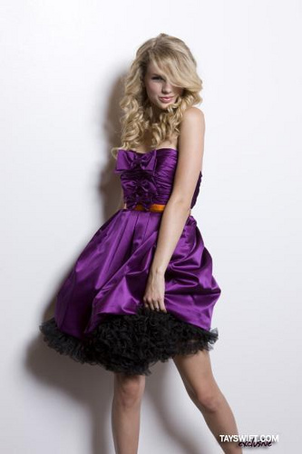 post a pic of taylor swift in purple dress taylor