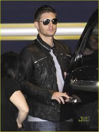 I just l'amour his whole look here...spiked hair, black leather jacket, and awesome shades. l'amour ya Jensen :)