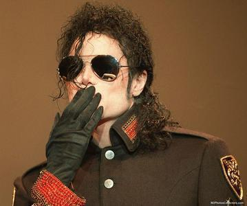 noooooo sad smilies ppl!!!!!! We tình yêu bạn soooo much Michael!!! and i tình yêu bạn sooo much MJ fans! :D <3