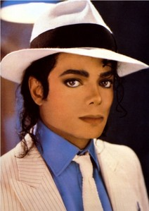 1)Smooth Criminal 2)Bad 3)Human Nature Those are the topo, início three i listen to alot but i amor alot of his other songs too :)