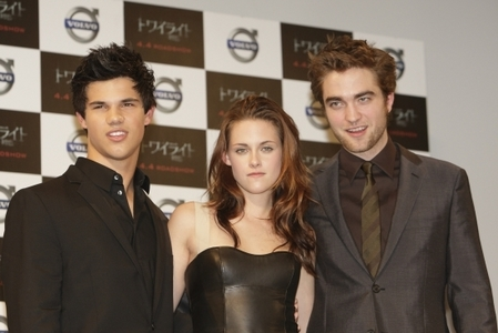 Here is the pic of Rob, Kristen and Taylor.
