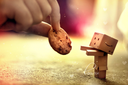 teasing little robot bambini da not giving them biscotti, cookie