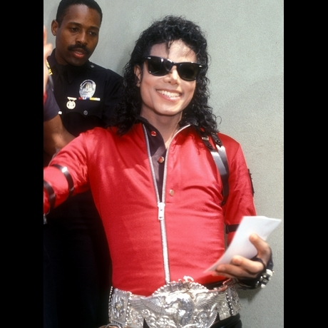Im used to hearing people talk bad about MJ where i live but i try to ignore it because i know Michael would not like it if any of his fans started a fight or wanted to fight someone just because of what someone sinabi something bad about him. Michael wants us to pag-ibig <3 not HATE!!!!
