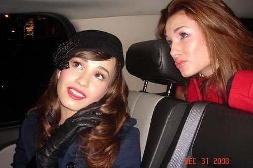 Here's a rare with Demi and her sister Dallas