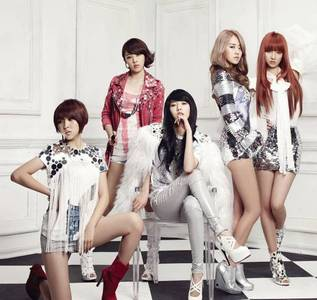 HyunA atau Gayoon!! Coz hyuna is pretty and I like her style. And gayoon's face is very pretty!!! :D