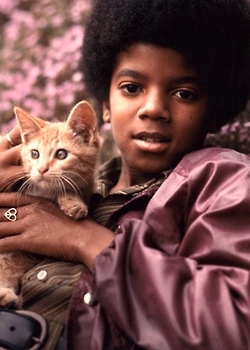 isssnnnnnnnnnn't he justttttttttt adooooooorable ???????? :D not the kitty(ok the kitty is also adorable :p) but look at Little Michael !!! :D <3 <3 <3 <3 <3 <3