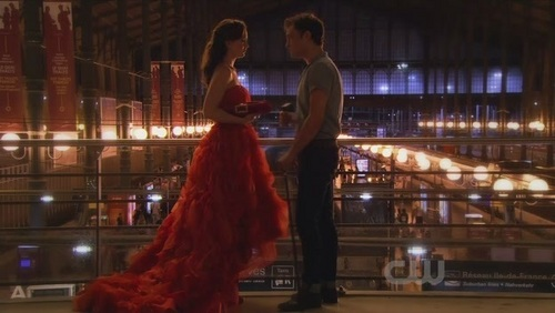 What did Blair give Chuck in the train station 4x02