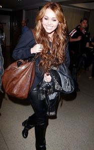 Post A Pic Of Miley Holding A borsa o Something !