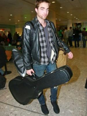 Post a Pic of rob with his guitarra and Win PROPS!!!