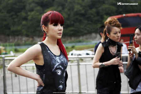 i noticed that CL and BOM wear the same earring is there anyone can expalne to me y??