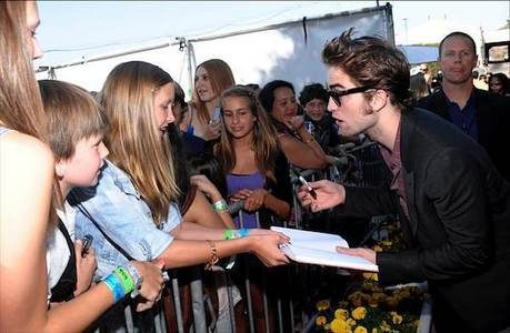 post a pic of rob with a crowd of những người hâm mộ signing them autographs and GET các điểm thưởng !!!