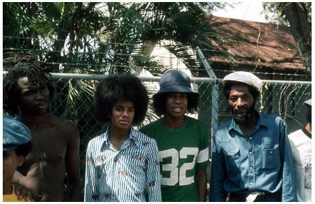 This is a picture of Michael in 1975 aged 17,i think...at Bob Marley's home. I প্রণয় his hair <333 cute!