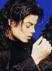 i love the way he dress in black :)
