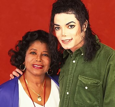 I think this one is so sweet and I প্রণয় it..Michael with his mom :)
