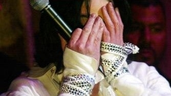 uhmmm...lovely hands! imgaine those hands through your hair ou touching your cheek..
