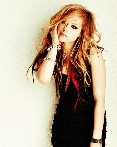 All Avril's pics are cool , but i chose randomly. :)