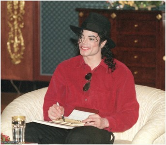 Yes he wore red A LOT!!! That's one of my পছন্দ colors, I প্রণয় to see Mike in red :] I think the রঙ he wore the most are red & black, also white too...