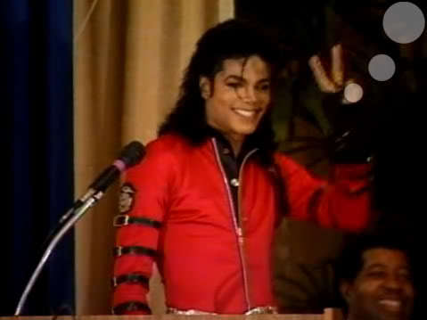 Agree.. he's so beautiful in red.. he's so beautiful in every color he wears.. :)