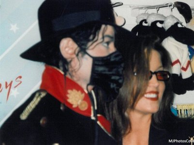 i प्यार lisa marie presley, of course not as much as michael though. she seems like a kind spirit and she don't take no stuff. me and lmp has the same attitude, we can be spicy and sweet ;)