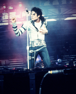 What's your name? : Sil How old are you? : 16 Colour on your eyes? : Blue Colour on your hair? : Dark brown Where are toi from? : Norway What do toi l'amour the most about MJ? : Everything! :D ♥
