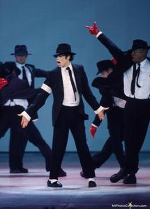 BAM. MJ + Suit + Tie = OMG I upendo it where he gets all dressed up like that :] And he can wear the hat too