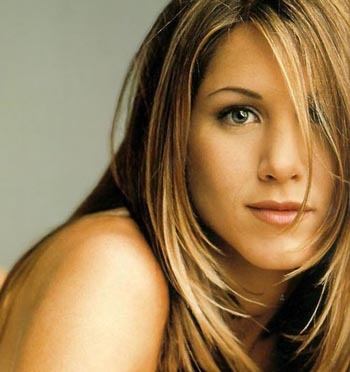 People keep telling me I look exactly like Jennifer Aniston (especially on this picture), except my hair is a bit darker and my eyes are brown... But I don't find I look THAT much like her, I dunno why people keep telling me that... ^^