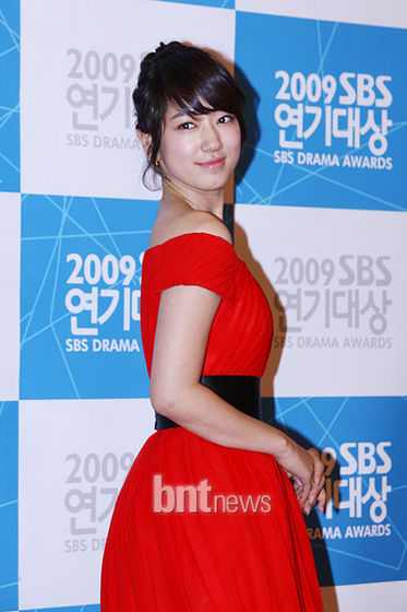 Park Shin Hye in a fun and flirty short gown in crimson, she looks cute: