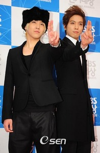 Jung Yonghwa and Lee Hongki at the red carpet sporting fierce fashion… the former in a Victorian inspired suit while the latter had a somewhat Russian styled pelaje, piel hat: