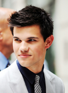Round 8: Taylor smiling Winner:Haley-lautner