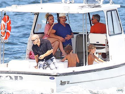 Britney Spears took to the high seas Thursday in Long Island, N.Y., for a family outing with boyfrien